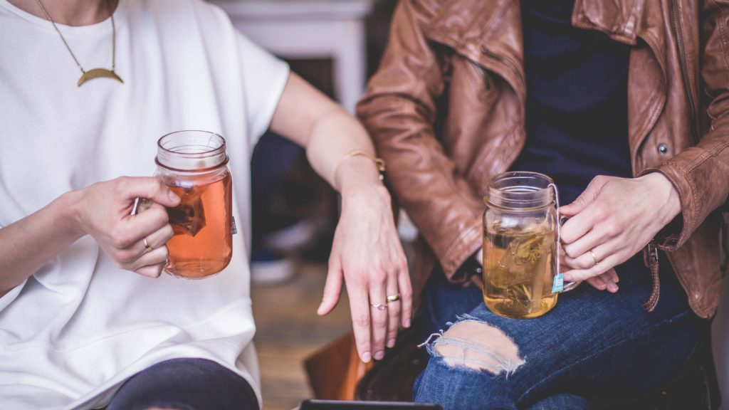Rencontrez de nouvelles personnes dans un bar